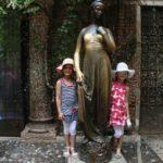 Julia szobrához Gianni segítette a lányokat